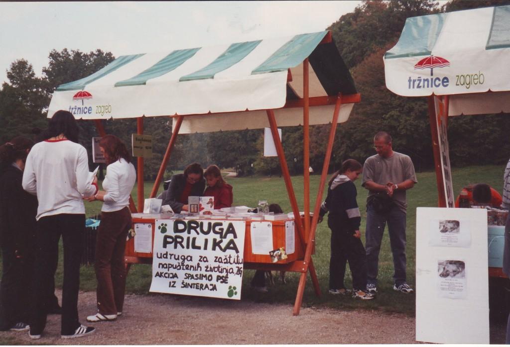 Međunarodni dan zaštite živtinja, štand udruge na kojemu se prodaju knjige Ane Horvat, Maksimir, 2003