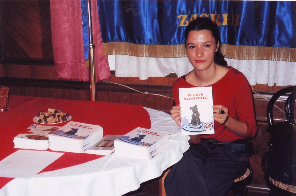 Volonterka udruge Helena Frelih sa darovanom knjigom