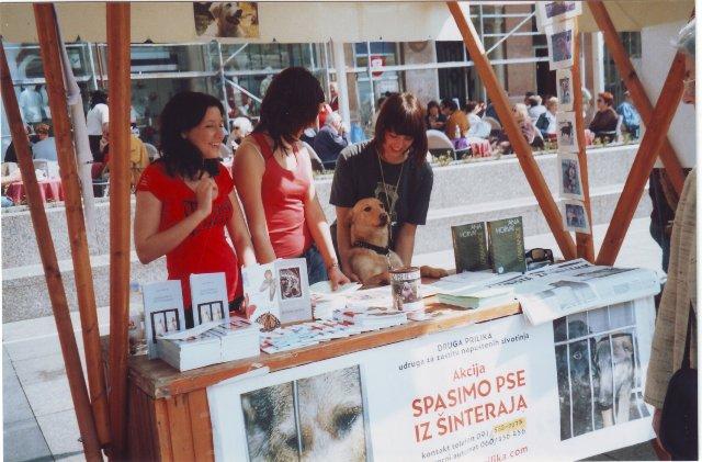 Volonterke prodaju Zahvalnicu životinjama na Trgu bana Jelačića, štand udruge Druga prilika, 2006. godina.